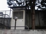 TČ postavljena ob objektu na betonskem podstavku